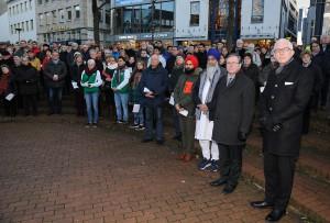 Hunderte Menschen aller Religionen beteten am Marienplatz, unter anderem (von rechts) Pfarrer Thomas Stolz und Bürgermeister Michael Dreier
