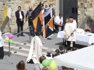 Fronleichnam: Altar vor der Kirche St. Georg