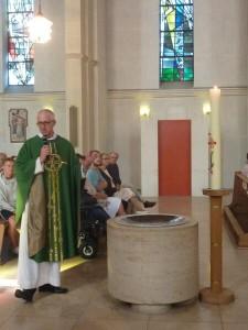 Pfarrer Thomas Stolz bei der Einweihung
